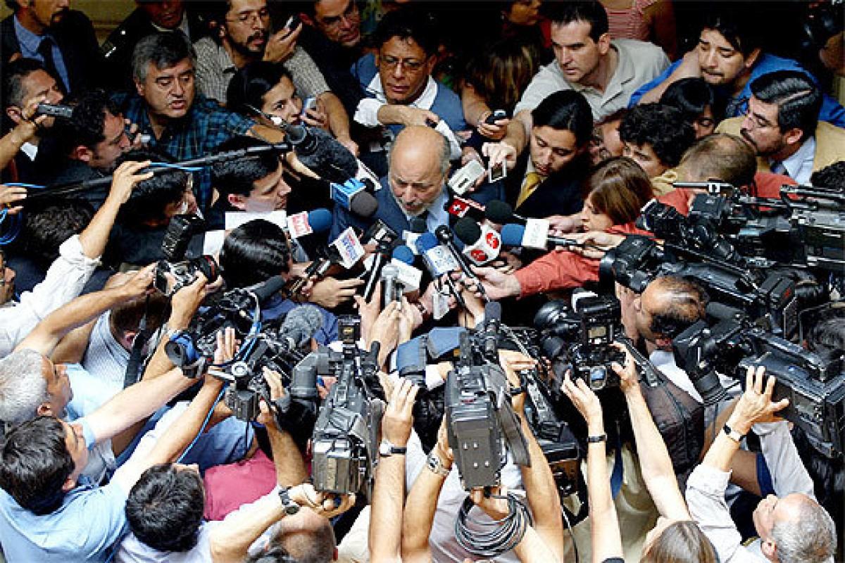 El jutge Juan Guzmán, envoltat de micròfons