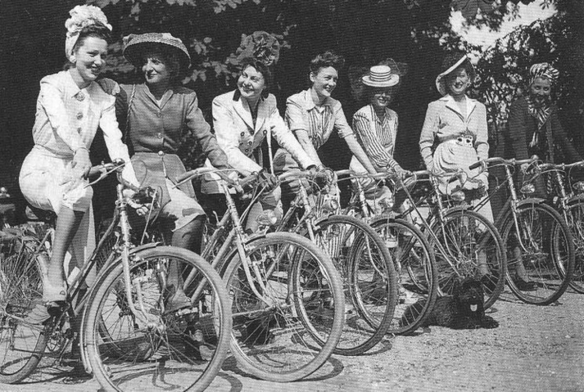Imatge 'vintage' de dones en bicicleta. Setembre donarà especial rellevància a les informacions de gènere