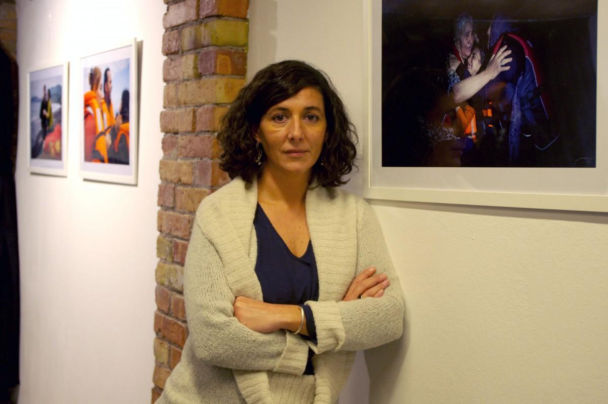 Arantza Diez al costat de l'exposició '9 km' del fotoperiodista Marc Sanyé a la llibreria Muntanya de llibres de Vic
