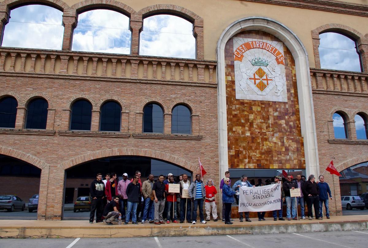 Treballadors d'Esfosa i membres dels grups de suport en una concentració davant de Casa Tarradellas el desembre de 2014