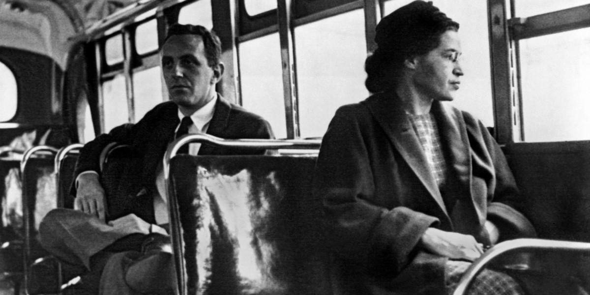 Rosa Parks al bus urbà de Montgomery, el 21 de desembre de 1956, el dia que va entrar en vigor el sistema igualitari de transport. Darrere seu, Nicholas C. Criss, periodista de l'agència UPI que cobria l'esdeveniment