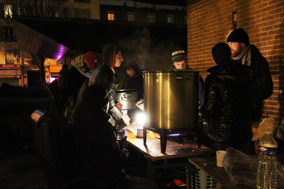 Nois afganesos preparen el sopar al camp de Saint Denis, a Paris, amb l'ajuda de voluntariat, l'11 de desembre passat