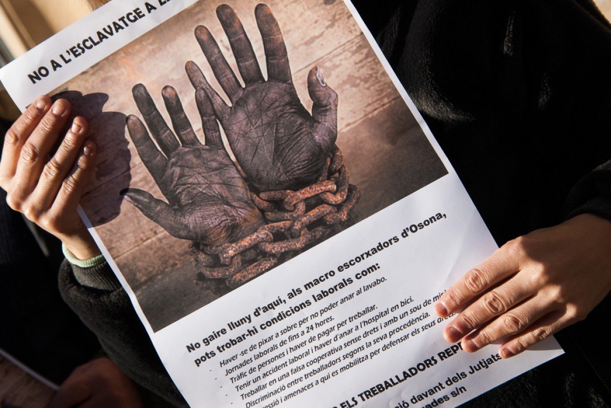 Pancarta de protesta durant l'acampada que es va fer davant de Le Porc Gourmet el juliol passat