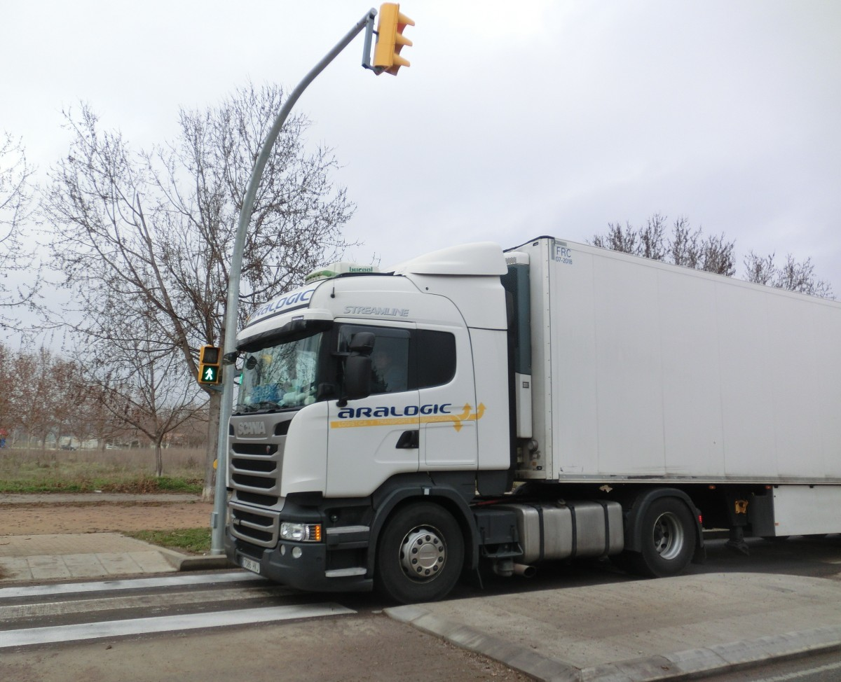 Un camió d'Aralogic, pertanyent al mateix grup empresarial que Le Porc Gourmet, saltant-se en vermell el semàfor del carrer Bon Aire