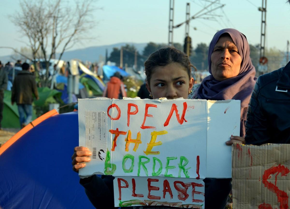 Una nena reclama que s'obrin les fronteres a Idomeni (Grècia)