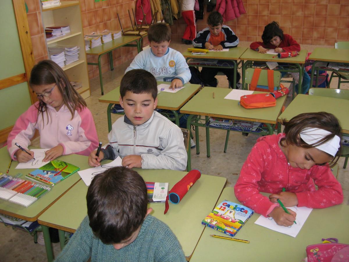 Alumnes dibuixant en una aula