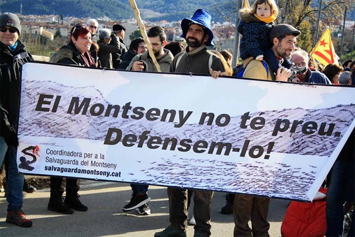 Participants a la marxa contra l'asfaltatge de la pista de Sant Marçal a Les Illes