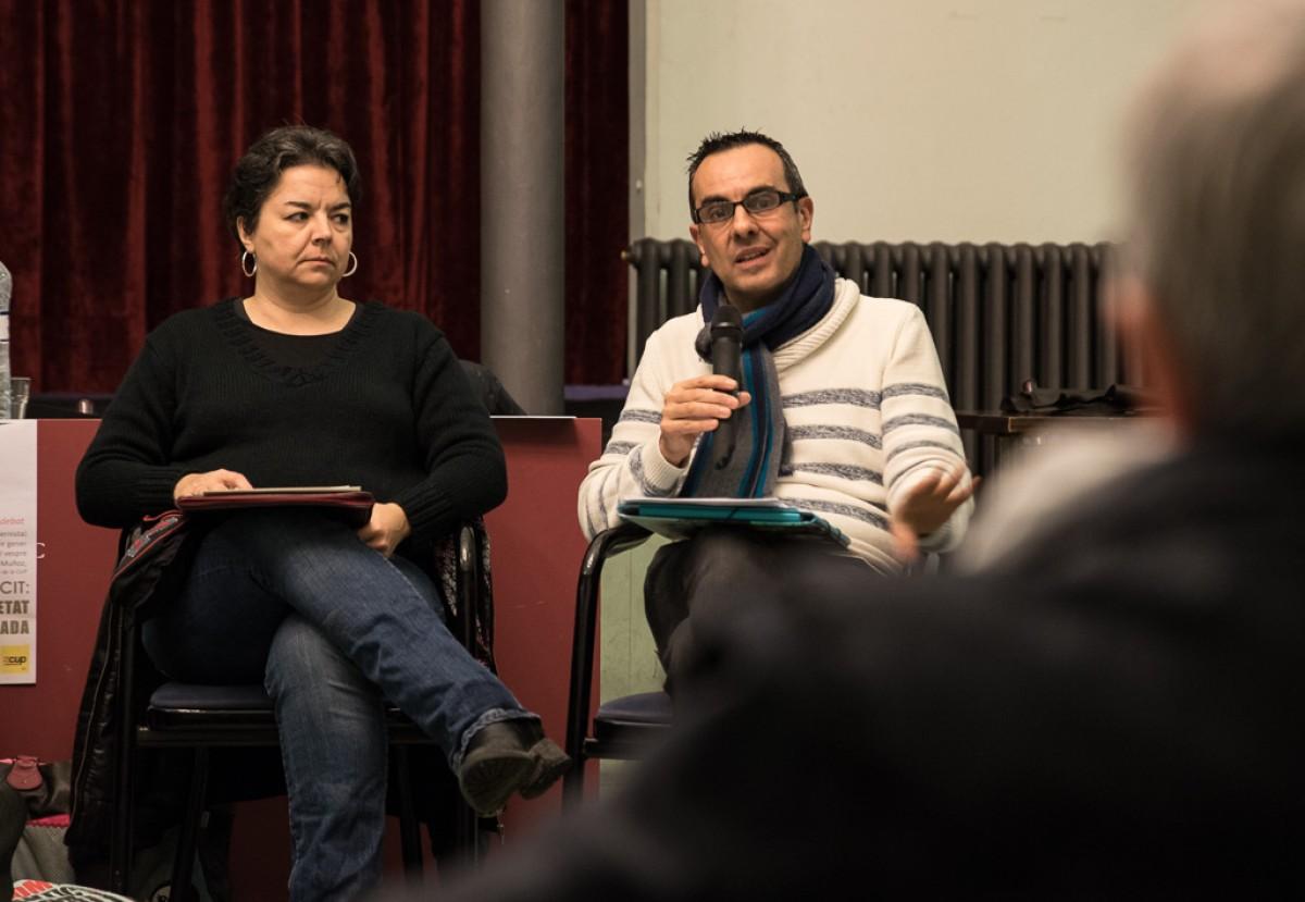 Montserrat Aumatell i Jordi Muñoz a l'acte antimilitarista que la CUP va fer divendres al Casino de Vic