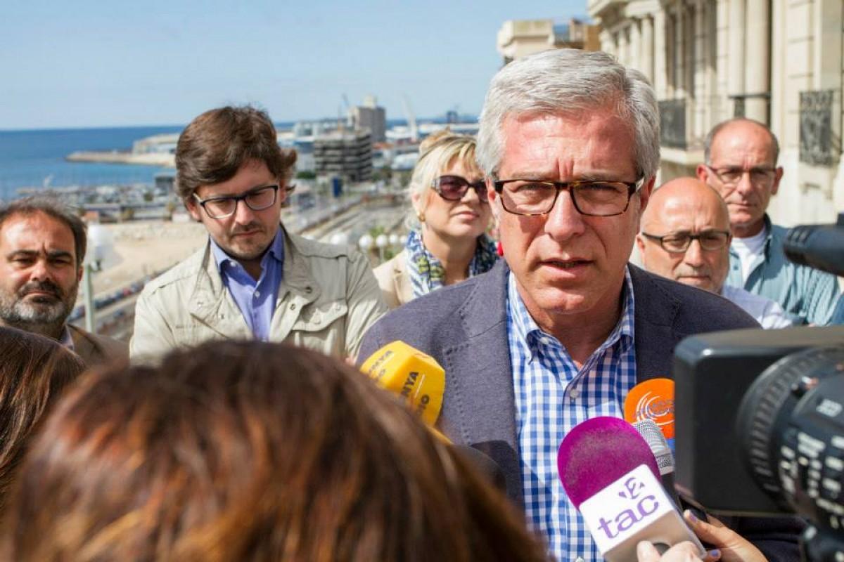 Josep Fèlix Ballesteros fent unes declaracions a la premsa