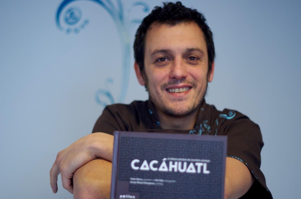 Lluís Riera amb el llibre Cacáhuatl, editat per Pol·len Edicions