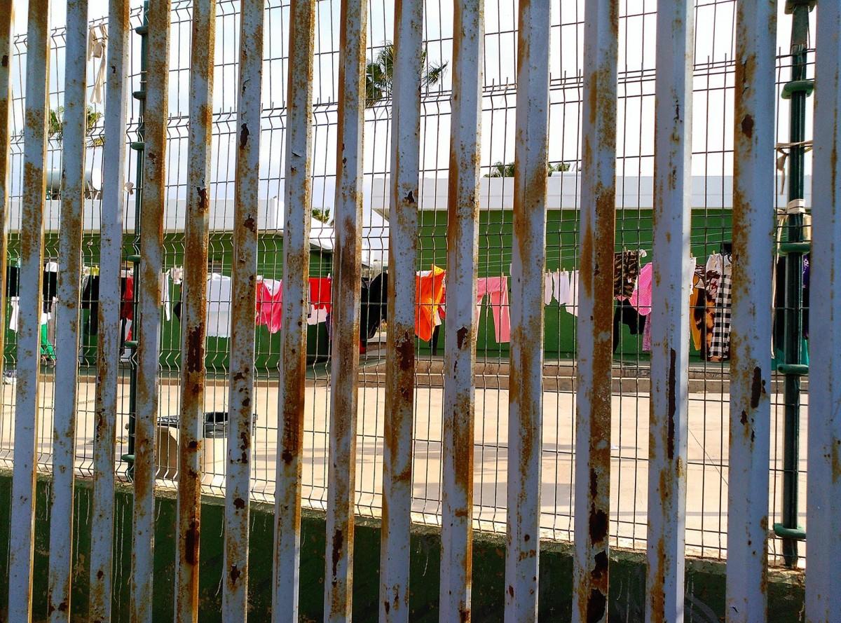 Roba estesa al pati del CETI de Melilla. No la poden estendre dins per la falta d'higiene de les instal·lacions