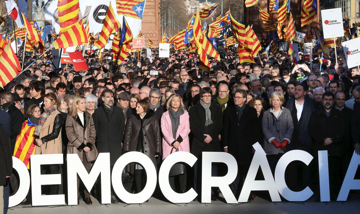 Artur Mas, Joana Ortega i Irene Rigau, amb el president de la Generalitat i la resta d'autoritats a la manifestació que els va acompanyar fins el  Palau de Justícia