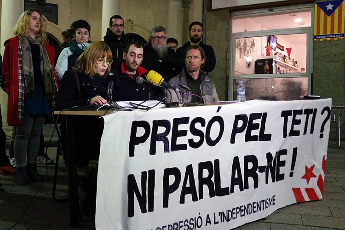 Roda de premsa del Grup de Suport al 'Teti', aquest vespre just davant de l'Ajuntament de Berga. El protagonista hi era present, emocionat, però no ha intervingut