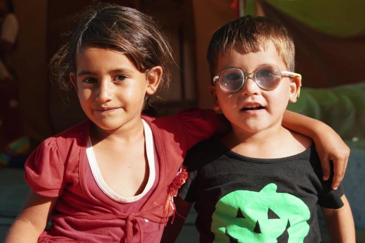 Una nena i un nen del camp d'Oinofyta que va fotografiar Neus Vilalta
