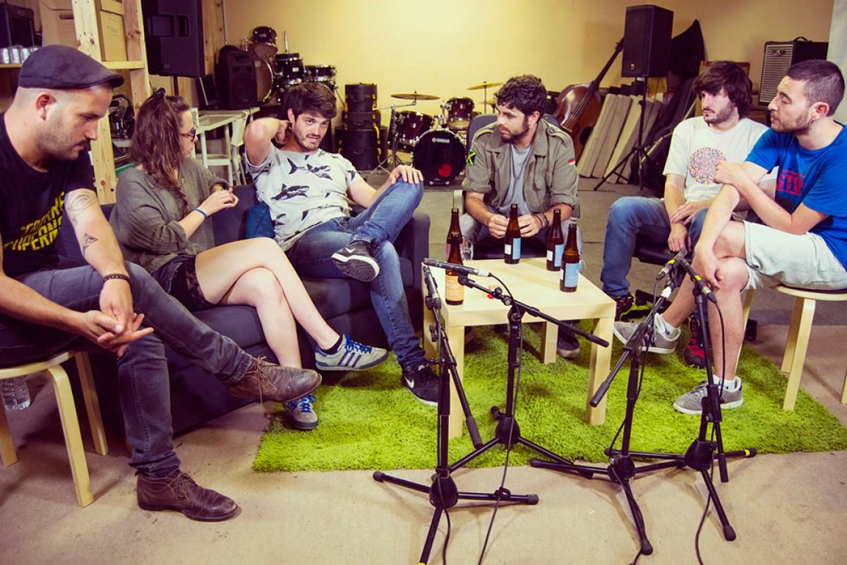Els Catarres i Txarango, dos dels grups que protagonitzen una de les càpsules de La Plana Records