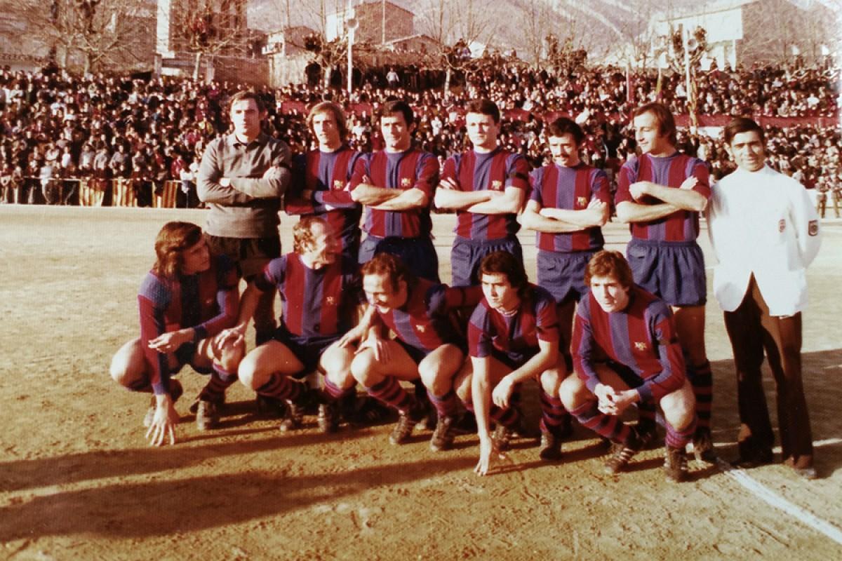 La foto oficial del primer equip del Barça que va saltar al camp del Berga, el 14 de gener de 1976. Cruyff i Rexach van viatjar però es van quedar a la graderia per unes molèsties