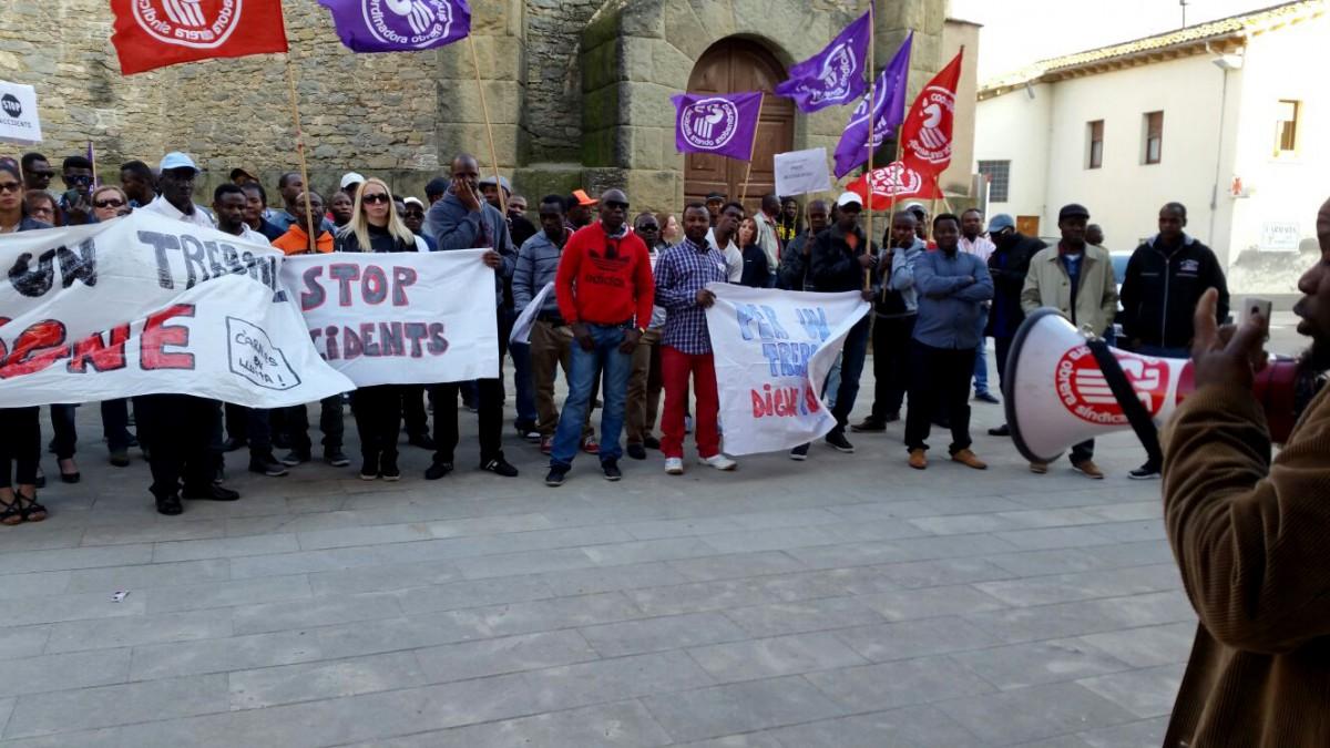 Alguns dels participants a la concentració d'aquest dissabte davant l'Ajuntament de Santa Eugènia de Berga