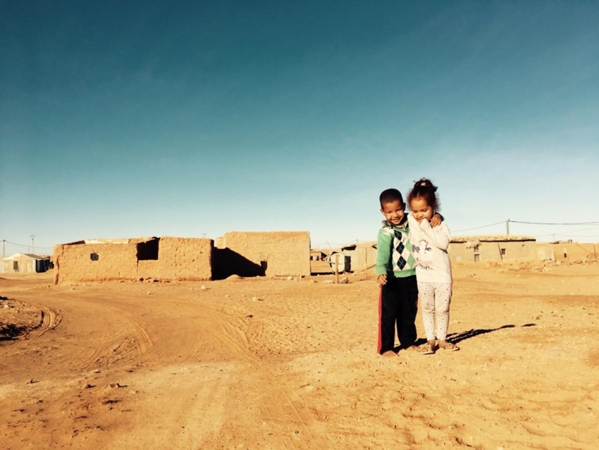 Somriures permanents en el camp de refugiats enmig del desert, on el poble sahrauí viu fa més de 41 anys