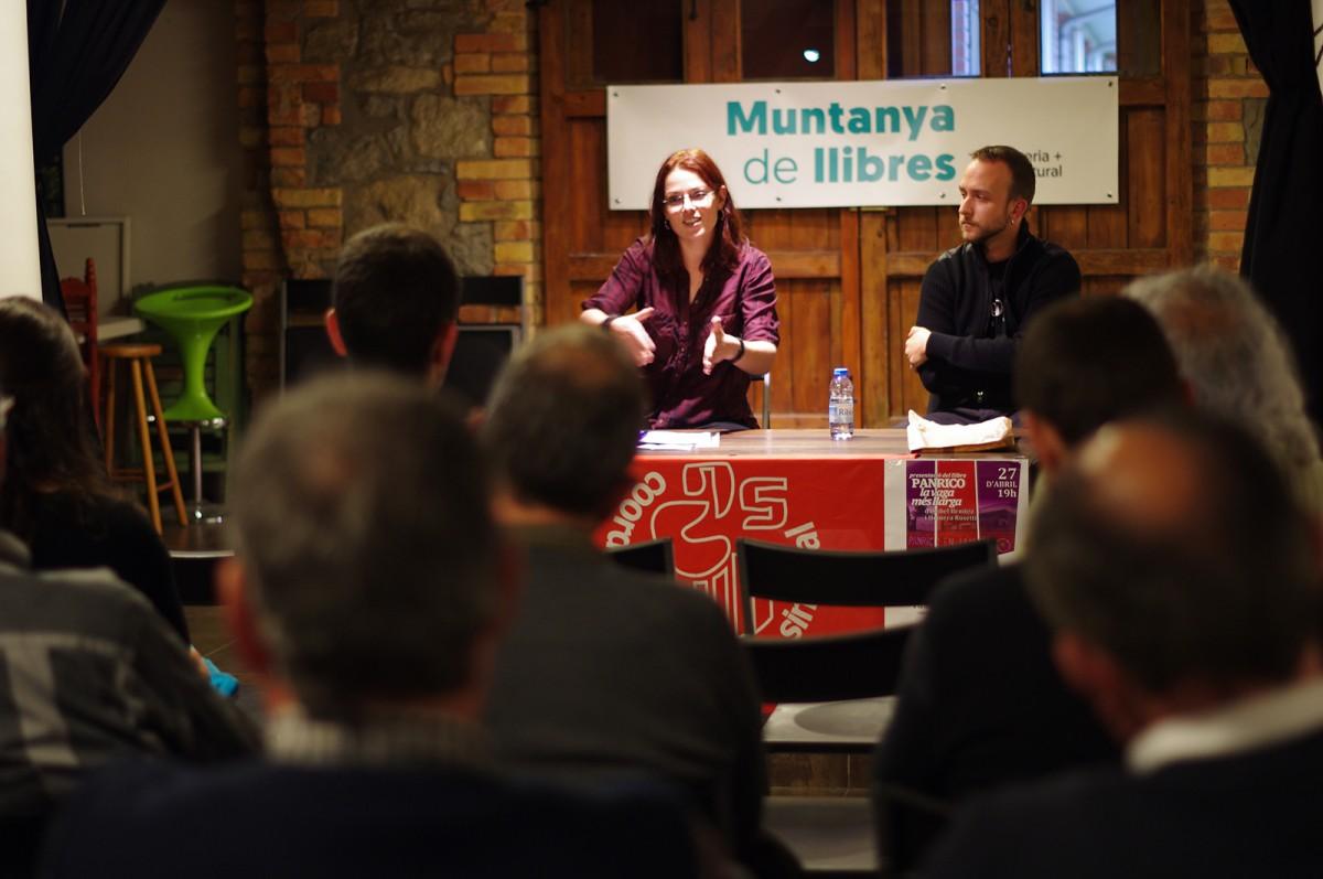 Isabel Benítez, amb Jordi Sala, de la COS, a la presentació de 'Panrico: la vaga més llarga', ahir a la Muntanya de Llibres
