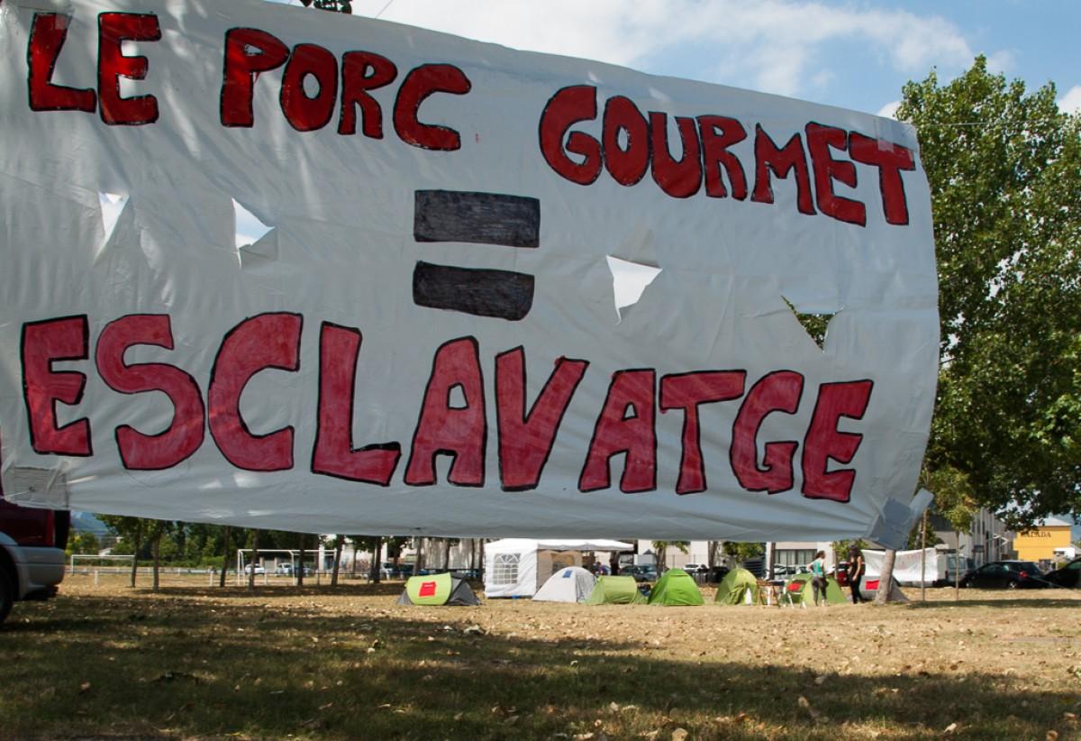 Pancarta de protesta durant l'acampada que va fer-se l'estiu passat a Le Porc Gourmet