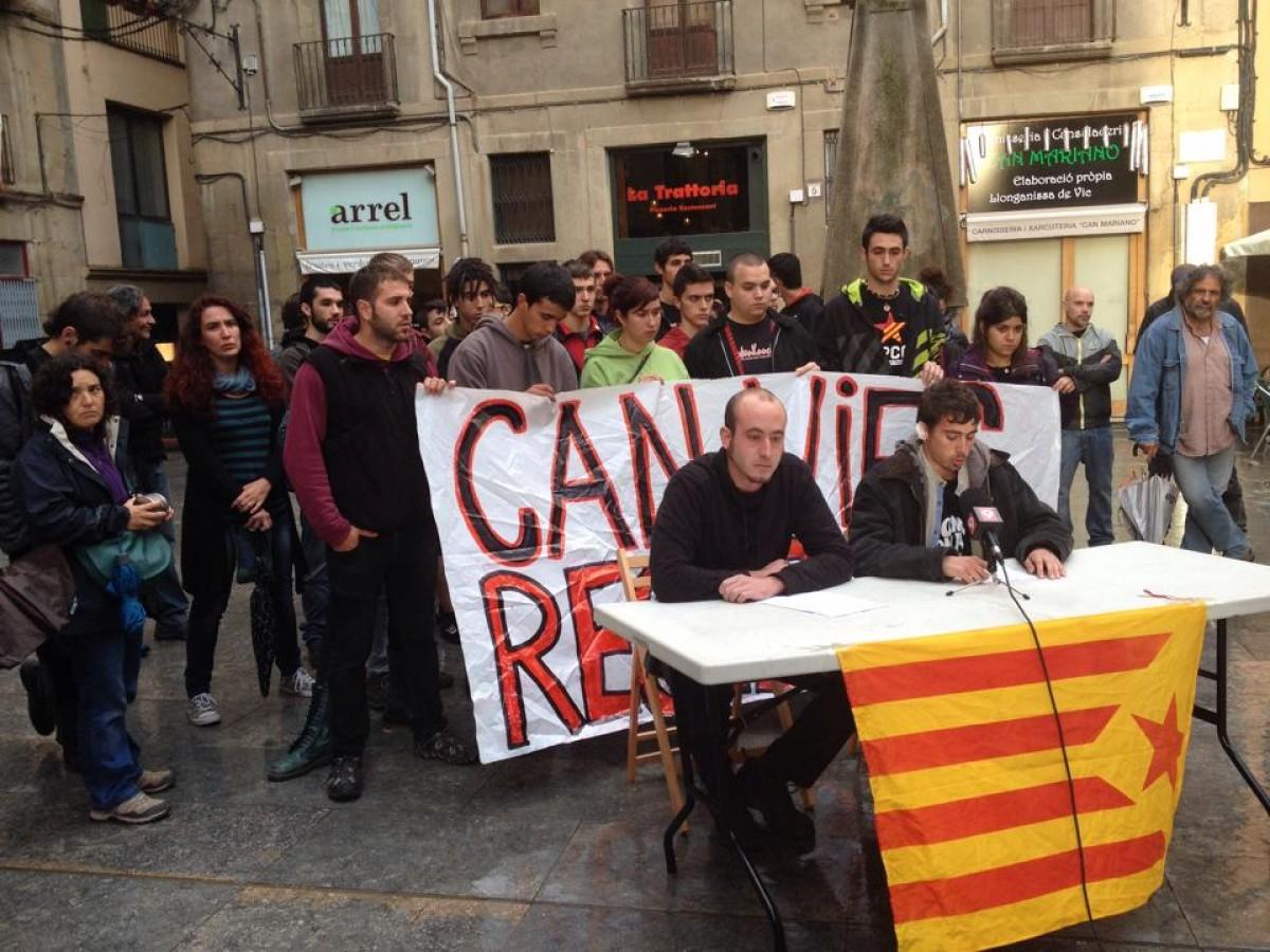 Miquel, amb altres companys de l'esquerra independentista en un acte de suport a Vic el juny de 2014