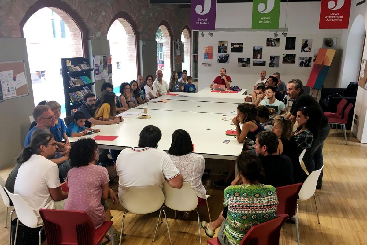 Una de les reunions de la Coordinadora Osona Sàhara amb les famílies d'acollida
