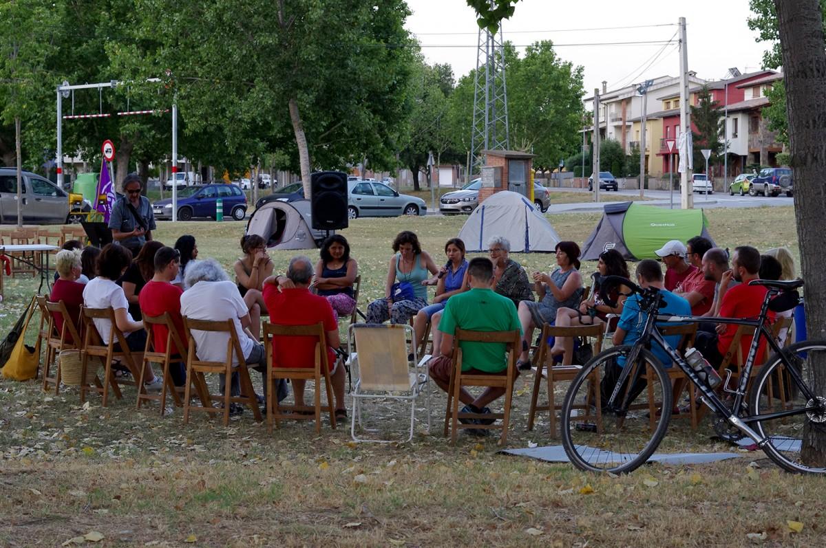 Alguns dels participants a les activitats paral·leles a l'acampada, aquest dimecres al vespre