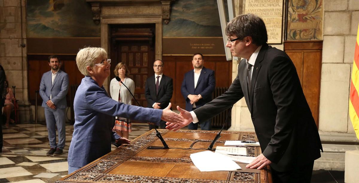 Clara Ponsatí en el moment de la seva presa de possessió, amb el president Carles Puigdemont