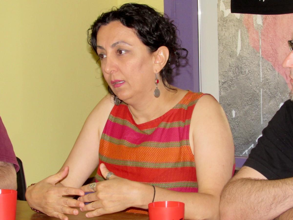 Houzan Mahmoud en un moment de la xerrada «Antiimperialisme i qüestió kurda. Les lluites socials feministes i proletàries a l'Orient Mitjà», al Casal Boira Baixa de Manlleu