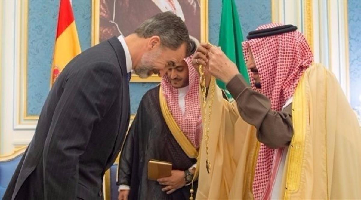 El rei Felip VI rebent el Gran Collar de mans del rei Salman d'Aràbia durant la visita del monarca espanyol a aquest país el gener passat