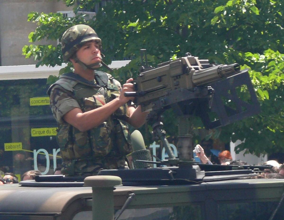 Un soldat desfilant amb un carro de combat durant una celebració militar