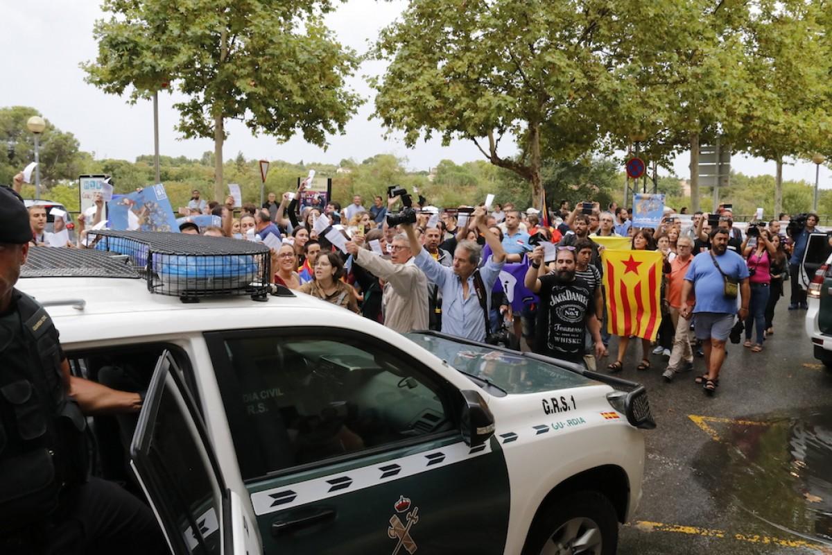 La Guàrdia Civil abandonant la seu del setmanari El Vallenc davant les mostres de rebuig de la població