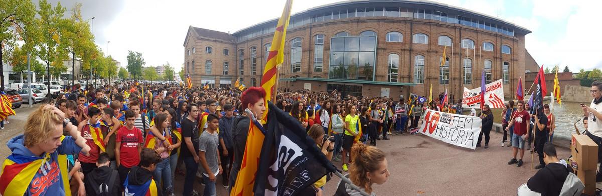 La manifestació abans de sortir del Sucre