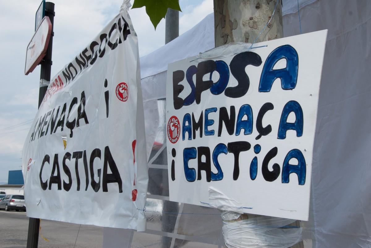 Pancartes a l'acampada reivindicativa davant d'Esfosa el juny de 2016