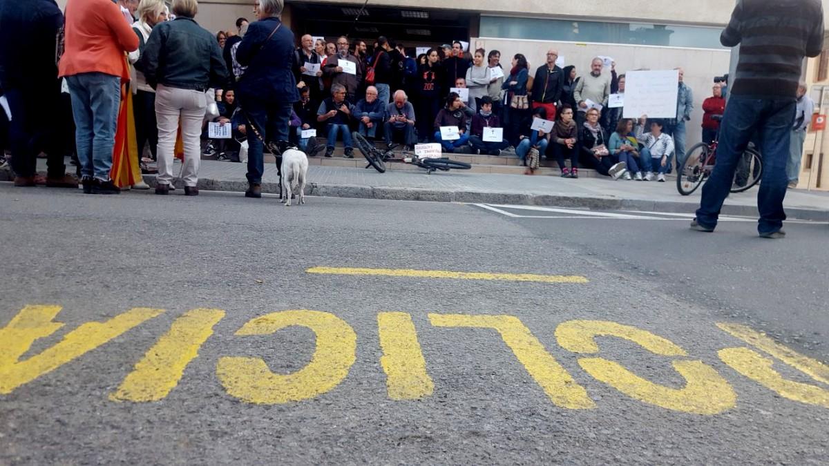Protesta per la detenció de Jordi Cuixart i Jordi Sánchez, ahir al jutjat de Vic