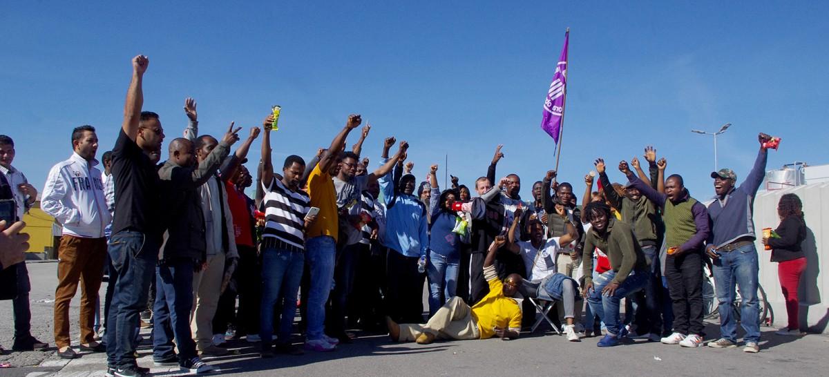 Un grup de treballadors de Le Porc Gourmet cridant a la vaga aquest dimecres al migdia
