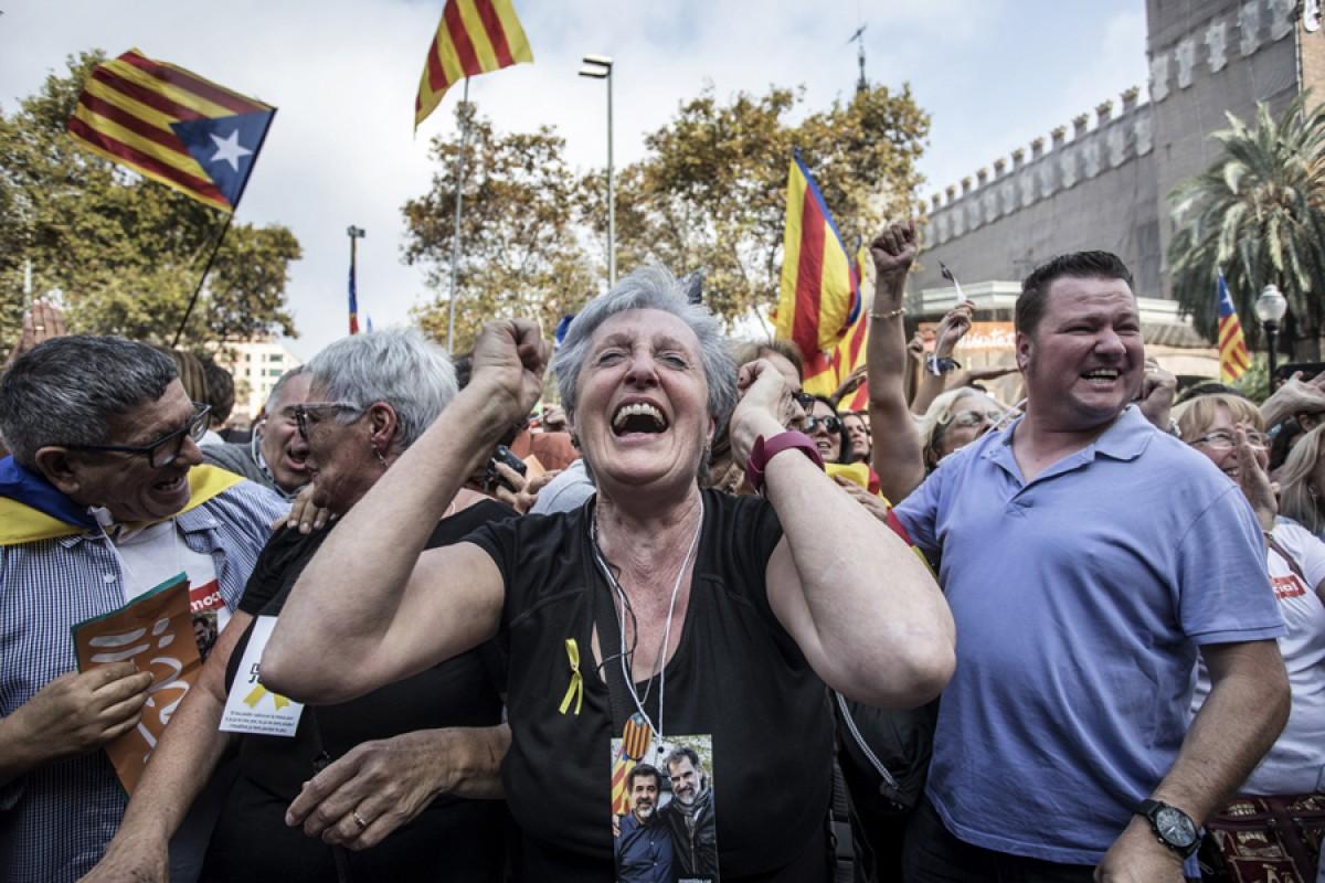 Mostres d'alegria per la proclamació de la República entre les persones congregades entorn del parc de la Ciutadella