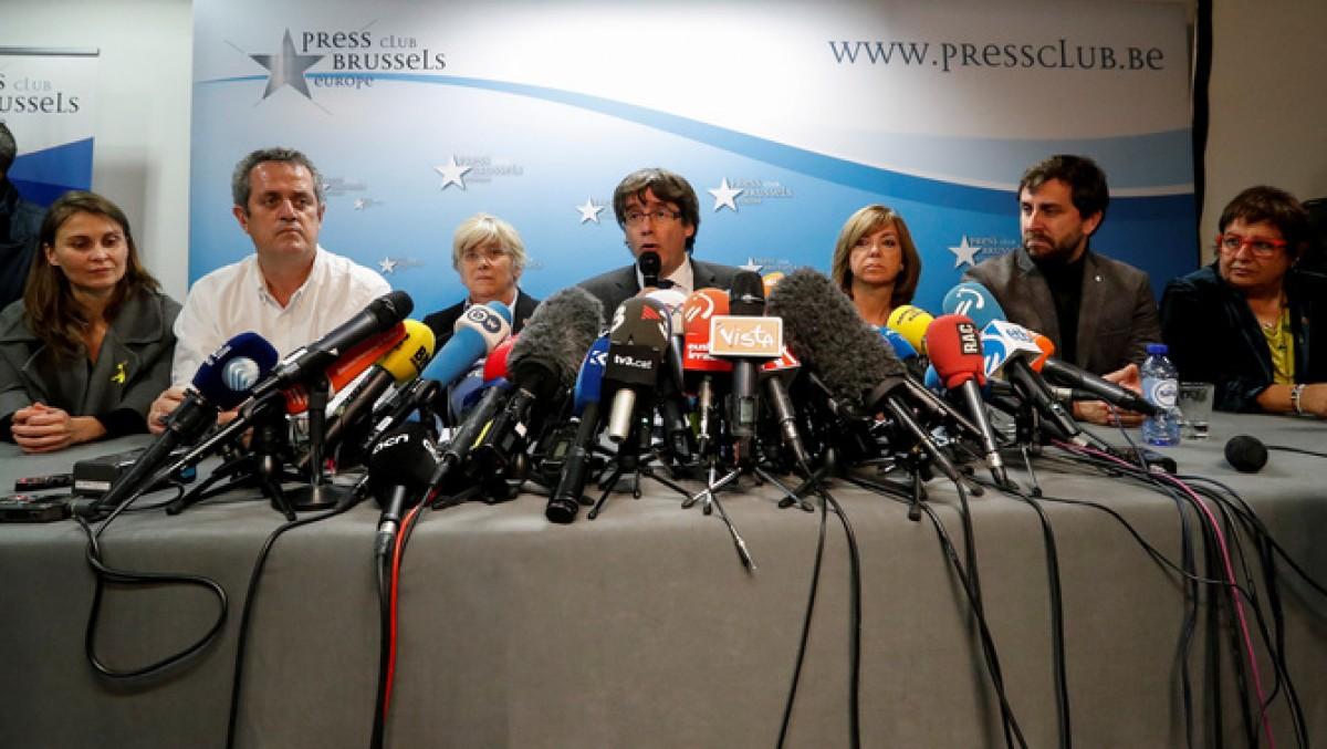 Carles Puigdemont, amb set dels seus consellers, a la compareixença d'ahir a Brussel·les