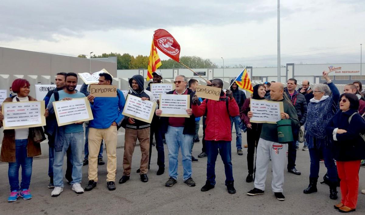 Treballadors de Le Porc Gourmet i activistes de Càrnies en Lluita en un acció de protesta durant la vaga general del 8N