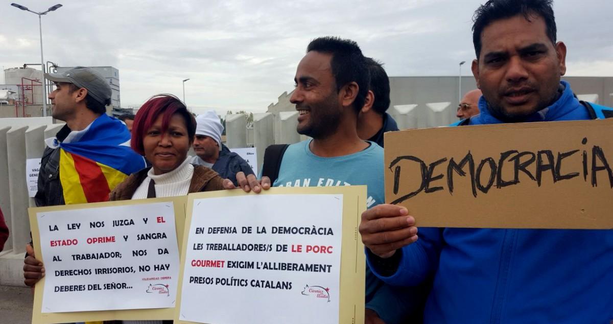 Treballadors de Le Porc Gourmet en un acció de protesta durant la vaga general del 8N