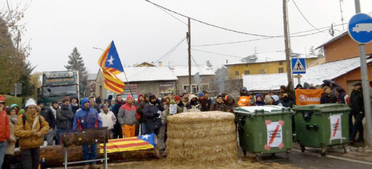 Activistes dels CDR de la Cerdanya i l'Alt Ter just abans d'aixecar el tall de 24 hores a la frontera de Puigcerdà