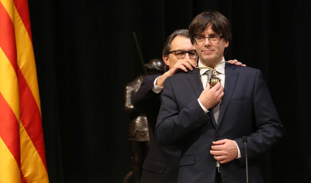 Artur Mas imposant la medalla de nou president de la Generalitat a Carles Puigdemont, el gener de 2016