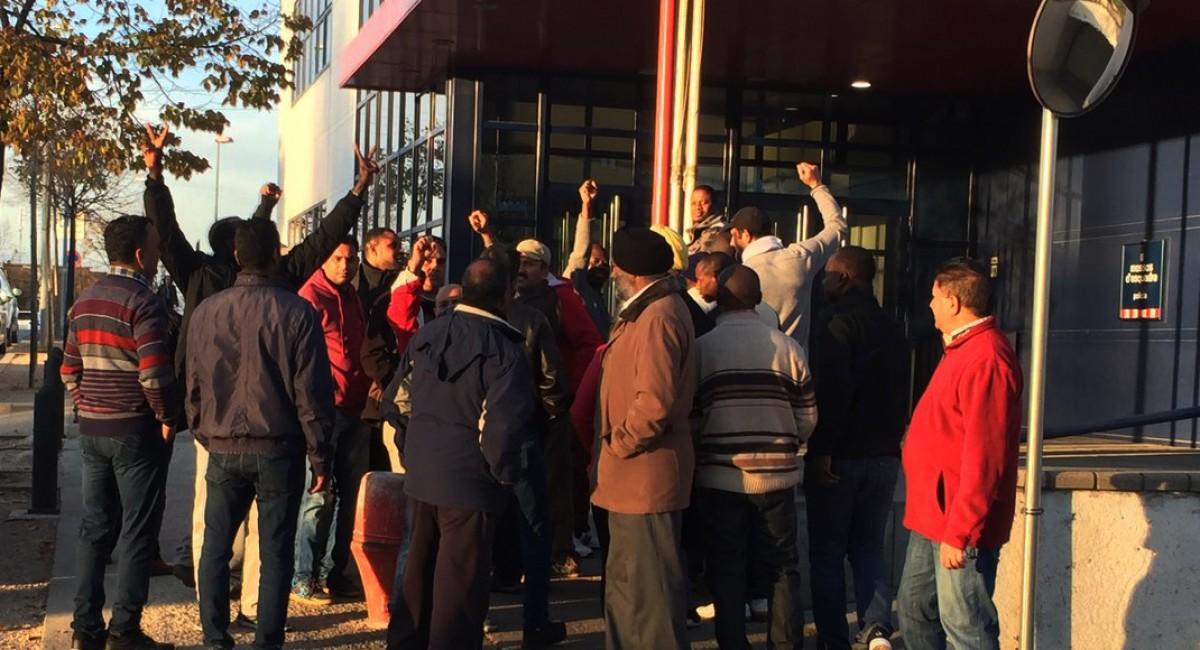 Treballadors de Le Porc Gourmet concentrats dijous davant la comissaria dels Mossos mentre s'hi presentaven les primeres denúncies