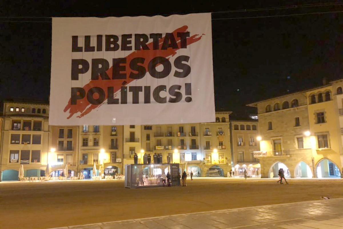 Les dues cel·les situades al mig de la plaça Major, sota una pancarta gegant demanant la llibertat dels presos