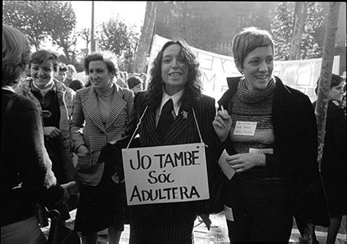 Montserrat Roig, amb Maruja Torres, en una mítica imatge de la fotògrafa Colita en una manifestació de 1976 per demanar la despenalització de l'adulteri