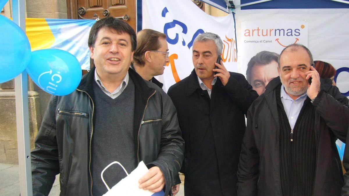 Xavier Solà, a l'esquerra, i Josep M. Matas, al mig trucant, en un acte electoral de CiU el 2010
