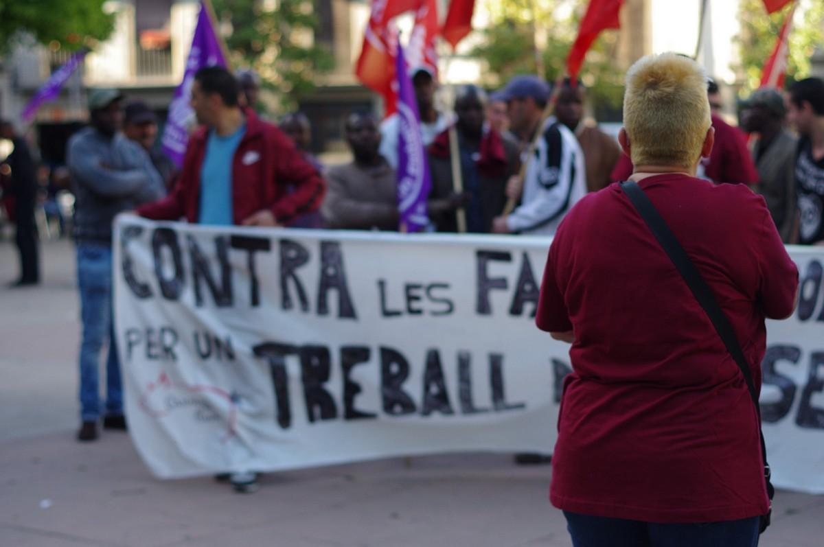 Montse Castañé encapçalant la manifestació contra les falses cooperatives del 6 de maig passat a Vic