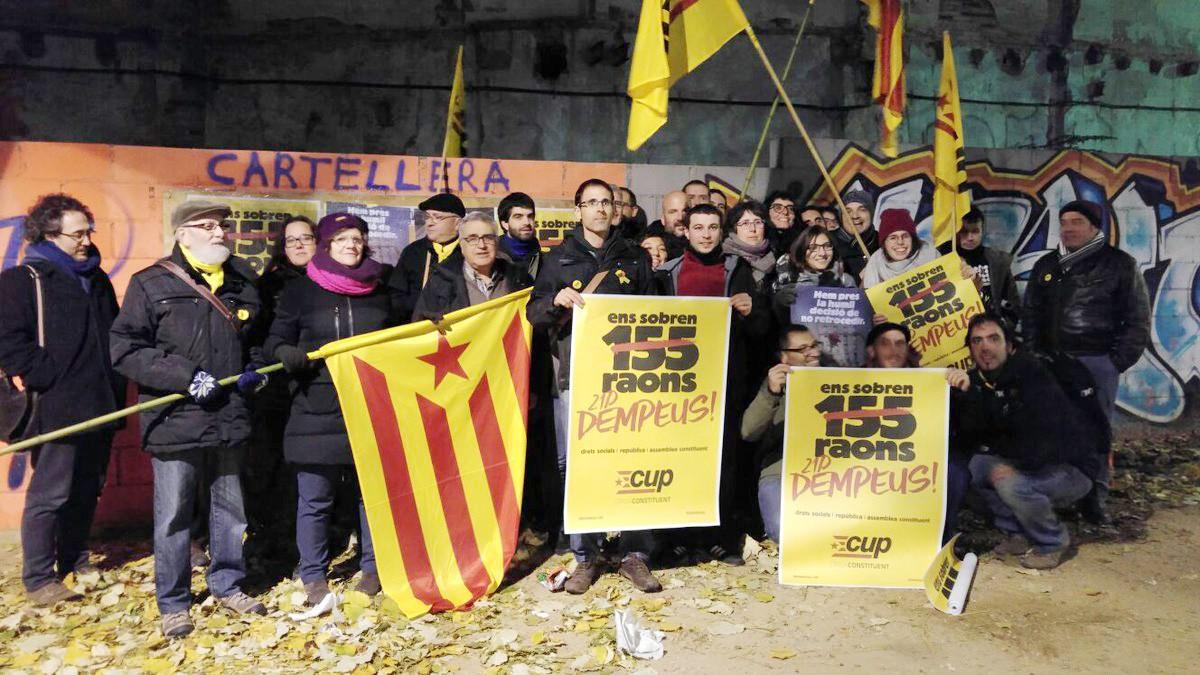 Militants i simpatitzants tarragonins de la CUP la nit d'enganxada del primer cartell de les eleccions del 21-D