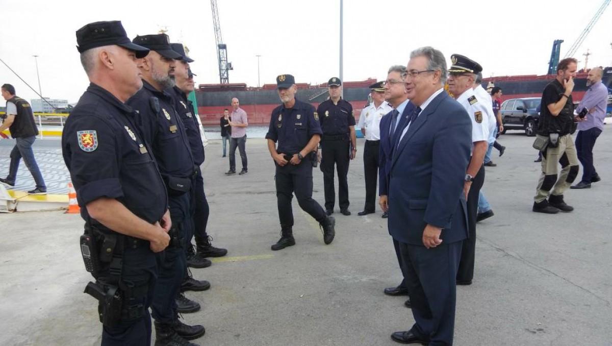 El ministre de l'Interior, Juan Ignacio Zoido, durant una visita als policies allotjats al port de Barcelona