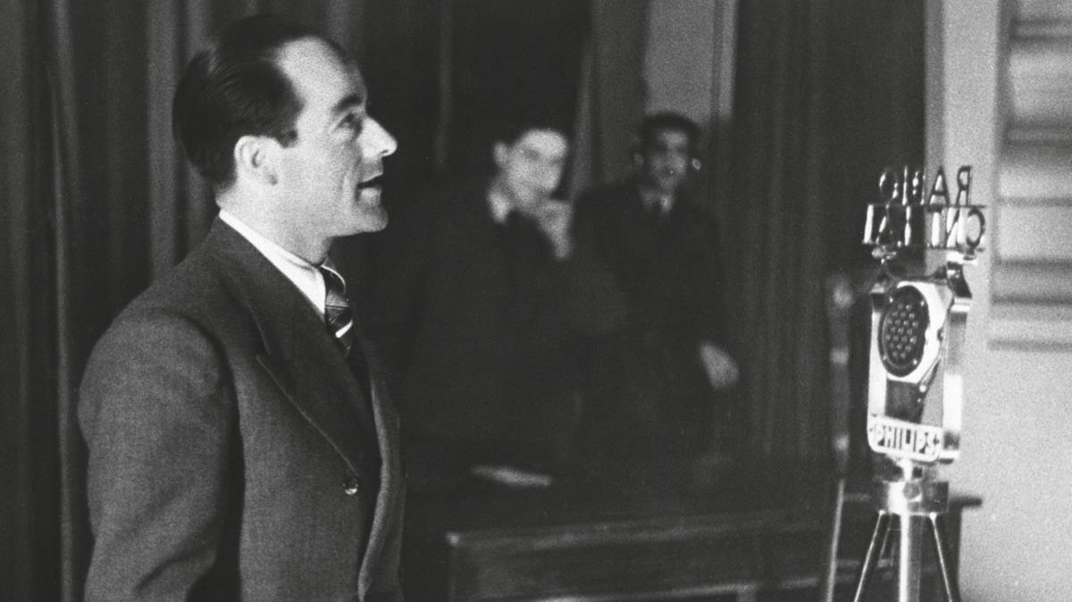 Imatge que il·lustra la portada del llibre, amb Joan Garcia Oliver fent una al·locució davant els micròfons d'ECN 1 Ràdio CNT-FAI